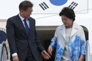 [서울포토] 다정하게 김정숙 여사 에스코트하는 문재인  대통령