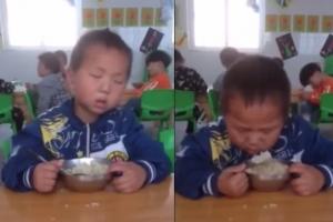 '꾸벅꾸벅' 식사 중 졸음과 씨름하는 아이