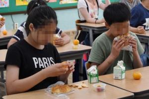 [서울포토] '급식 대신 빵 먹어요'…학교비정규직 노조 총파업