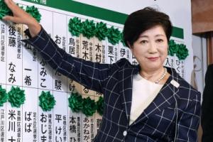 TV앵커 출신 여성 최초 도쿄도지사… '국민 눈높이 정치' 행보
