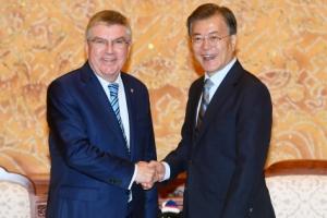 [서울포토] 토마스 바흐 IOC 위원장과 악수 나누는 문재인 대통령
