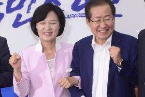 """추미애·홍준표 어색한 팔짱…""""앞으로 나라 잘 이끌어갔으면""""(종합)"""