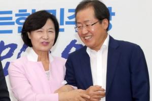 '사시 동기' 홍준표-추미애의 만남…팔짱 끼고 어색한 미소