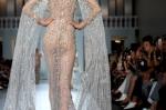 전신 시스루 드레스로 빛…