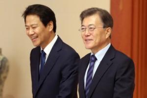 [서울포토] 임명장 수여식에 참석하는 문재인 대통령과 임종석 비서실장