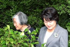 김정숙 여사가 윤이상 선생의 묘소에 동백나무를 심은 뜻은...