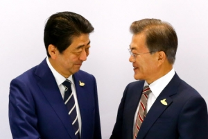 """文대통령 만난 아베 """"한일 위안부 합의 지키는 게 중요"""""""
