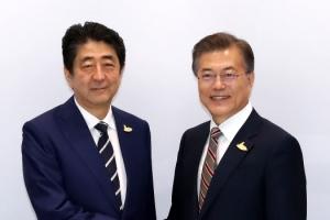 """문 대통령 아베 총리와 한·일 정상회담…""""셔틀외교 재개 합의"""""""