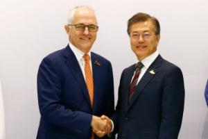 """문 대통령, 호주 총리에 """"한국 원전 줄이고 LNG 늘릴것…호주 역할 기대"""""""
