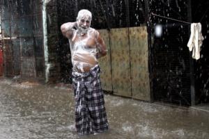 [포토] 비누칠하고 '빗물에 샤워'