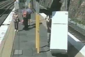 배보다 배꼽이 더 큰 운송비…냉장고 들고 지하철 탄 남성