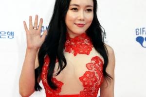 [포토] 랜시랭, 볼륨감 뽐낸 파격 레드 드레스