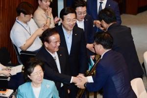 [서울포토] 자유한국당 의원들, 국회 예산결산특별위원회 전체회의 입장