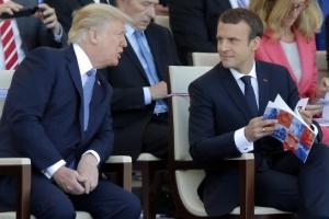 '공손해 보이는' 트럼프 대통령, 마크롱 프랑스 대통령과 대화중