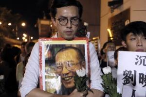 """중국은 침묵, 세계는 침통… 홍콩·대만 민주파 """"류샤 빼내오자"""""""