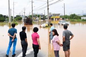 [서울포토] '청주 물폭탄' 물에 잠긴 동네 바라보는 주민들