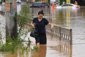 [서울포토] '조심조심' 물폭탄에 침수된 길 건너는 청주 시민