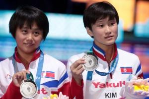 [포토] 세계수영선수권 '은메달' 목에 건 북한 소녀들