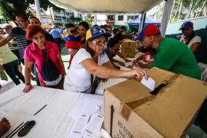 베네수엘라 야권 비공식 개헌찬반 투표… 친정부 단체 총격에 1명 사망