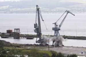 50년 된 대형 크레인 폭파 철거 순간