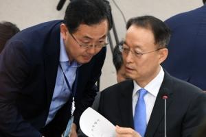 [서울포토] 청문회에서 답변 자료 검토하는 백운규 산자부 장관 후보자