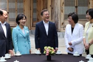 [서울포토] 웃음꽃 피는 문재인 대통령과 여야 4당 대표