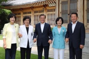 [서울포토] '손에 손 잡고'… 문재인 대통령과 여야 4당 대표