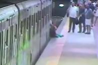 승객은 열차 문에 끼어 끌려가는데…기관사는 식사 중