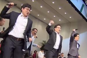 엑소 컴백 기념…이화여대 교수님들의 '으르렁' 공연 재조명