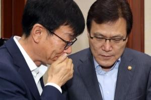 김상조, 최종구에 '금융위 나쁜짓' 발언 귓속말 사과