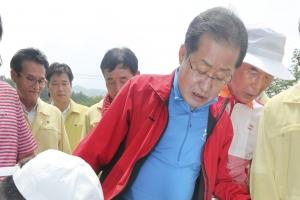 """홍준표, 50분 봉사활동 장화도 혼자 못 신어 """"홍데렐라"""" 논란"""