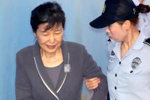 [포토] 법정 향하는 박근혜…입가에 '옅은 미소'