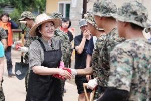 [서울포토] '폭우 피해 복구작업' 군인들과 인사하는 김정숙 여사