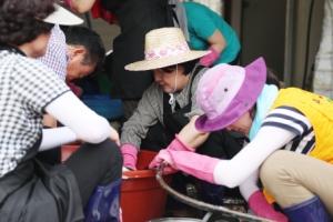 [서울포토] 김정숙 여사, 청주 폭우 피해지역 방문…복구작업 '열심'