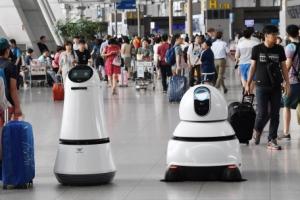 """4개 국어 하는 공항 안내로봇·청소로봇 """"휴가 잘 다녀오세요"""""""