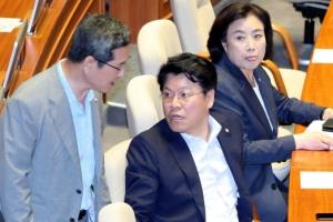 """한국당 """"추경 반대"""" 퇴장…장제원, 본회의장 홀로 지키며 '찬성표'"""