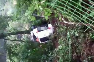 펜션서 주차하던 차량 낭떠러지로 추락…탑승자 2명 구조