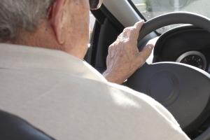 내리막길 미끄러진 차량에서 70대 노인 숨진 채 발견