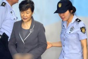 [포토] 미소 보이며 공판 출석하는 박근혜 전 대통령