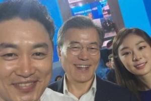 평창올림픽 홍보대사 된 文대통령…'피겨퀸' 김연아 만나 명함 받기도