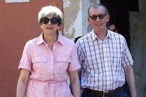 [포토] '핑크 원피스' 메이 영국 총리, 남편과 휴양지에서