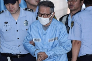 [서울포토] 힘겹게 선고 공판 법정으로 향하는 김기춘