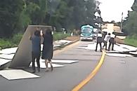 도로에 쏟아진 합판 200여장…경찰 도와 치운 시민들