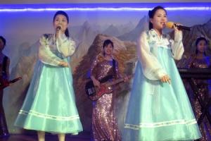 [포토] 두바이에 위치한 북한 식당에서 공연 펼치는 종업원들