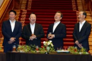 문 대통령·기업인들 '칵테일 타임'‥평창·스포츠·사회적기업 등 대화