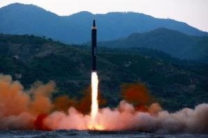 北, 동해상으로 향상된 ICBM급 미사일 발사…3700㎞ 치솟아