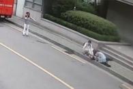 [영상] 갑자기 쓰러진 노인 본 시민들의 행동