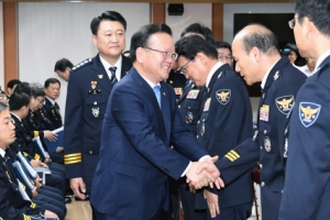 """김부겸 장관 경찰청 방문…""""국민에 사과하는 게 우선"""""""