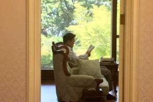"""文대통령, 휴가 중에 읽은 '명견만리' 일독 권유…""""누구에게나 권하고 싶은 책"""""""