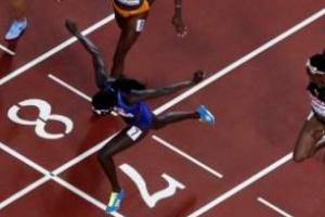보위 몸 던져 금메달, 미국 12년 만에 남녀 100m 동반 우승
